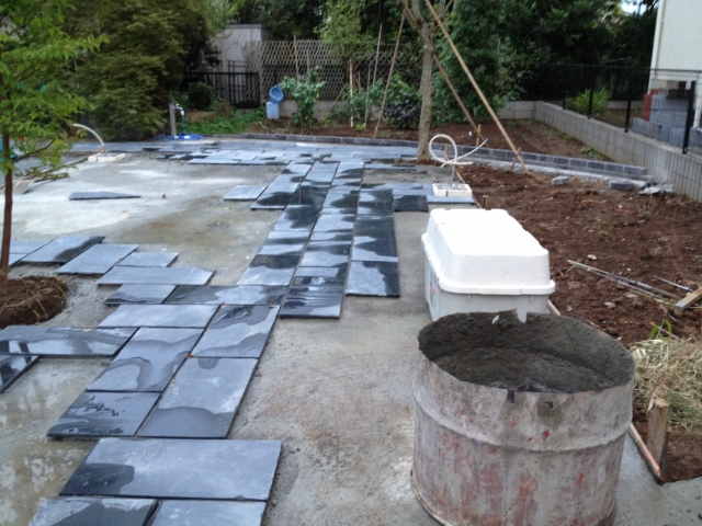 庭に家の外壁材や屋根材が落ちていた | 外壁塗装・屋根塗装・防水工事 優良専門業者|株式会社 あらた[東京都足立区]
